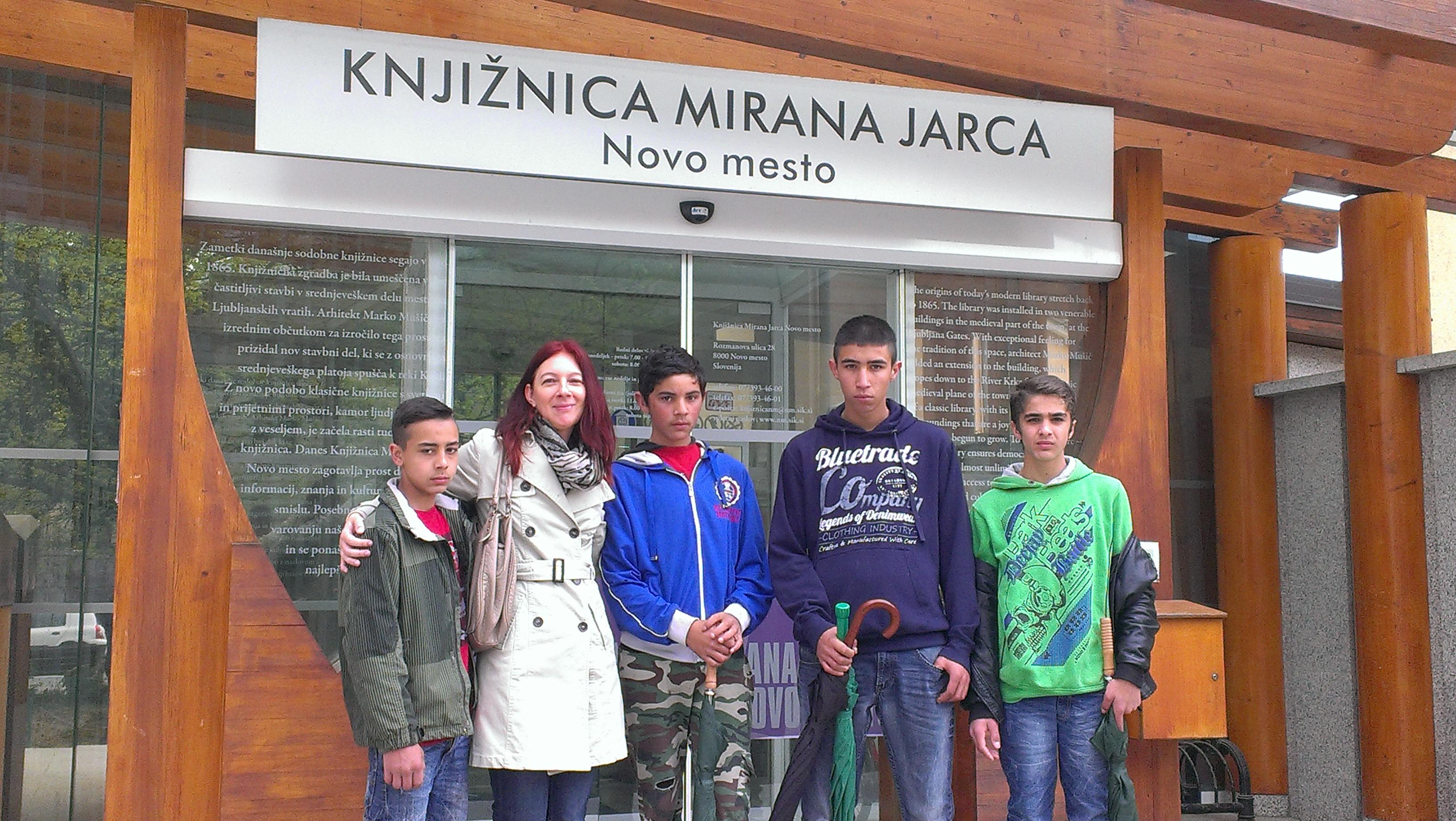 Učenci s knjižničarko Damijano